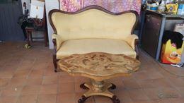 Divano antico restaurato o tavolino