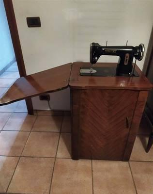 Mobile e macchina cucire