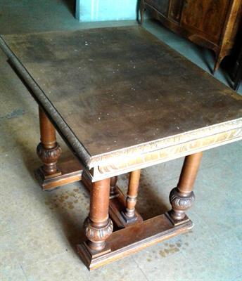 Robusto tavolo antico in legno massiccio a Vercelli