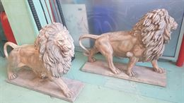 Coppia di leoni in marmo rosa su basamento