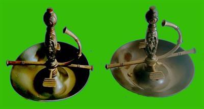 Coppia di portacenere in metallo a forma di elsa di spada