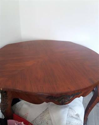 Tavolo in legno con fregi in bronzo